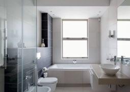 yüksek tavanlı banyo