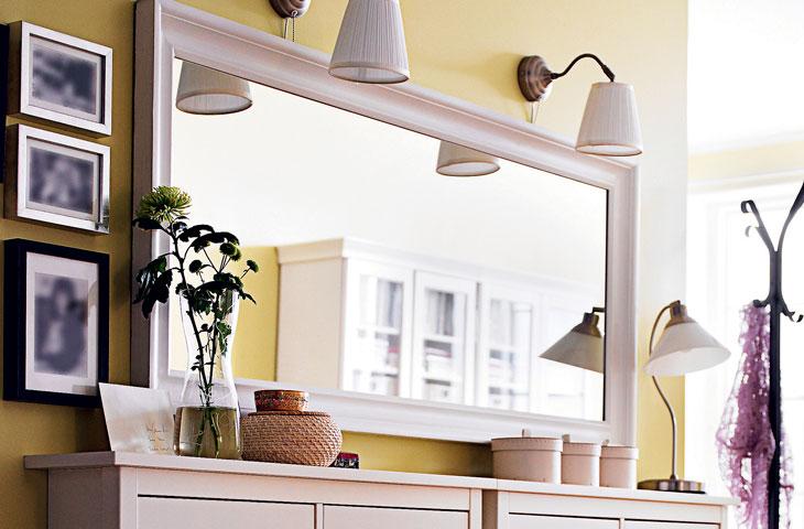Aynalarla salon duvar dekorasyonu