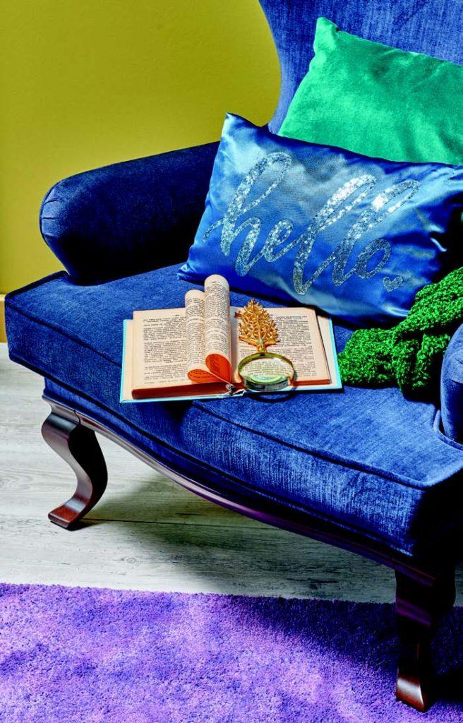 Mavi koltukla okuma köşesi